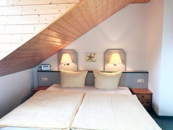 separates 2. Schlafzimmer (im OG) - mit Blick zur Hofseite