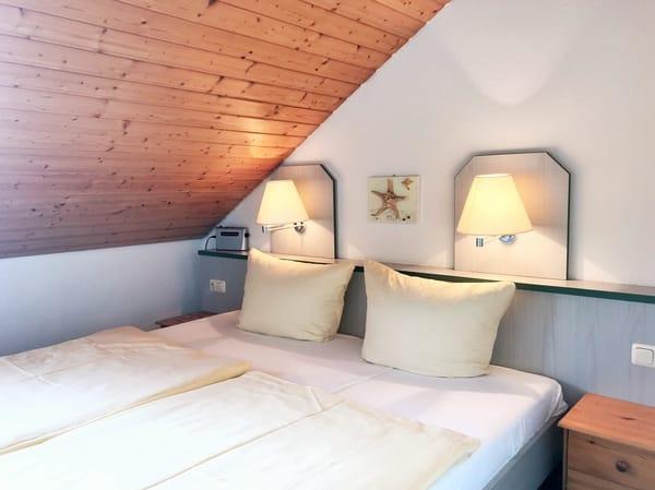 gemütliches 2. Schlafzimmer (im OG) - mit Blick zur Hofseite