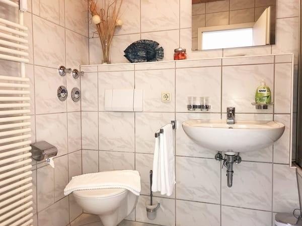 großzügiges Badezimmer (im OG)