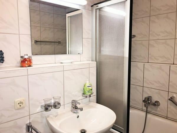 Badezimmer mit Badewanne (im OG)