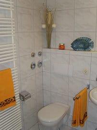Das helle und große Badezimmer (mit Badewanne) / WC (im OG)