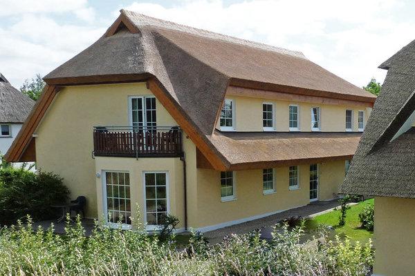 rechtes Haus, in der die Ferienwohnung 10 mit Balkon liegt.