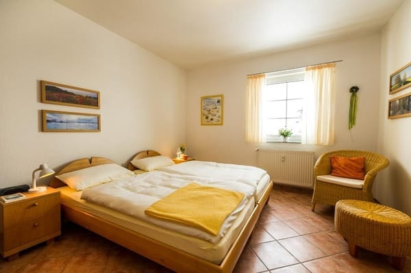 Schlafzimmer mit Doppelbett . . .