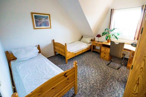 Zweites Schlafzimmer mit 2 Einzelbetten , Kleiderschrank und Schreibtisch