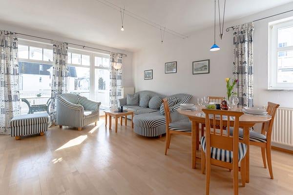 Der Wohnraum mit Esstisch und Sitzgruppe im Hintergrund