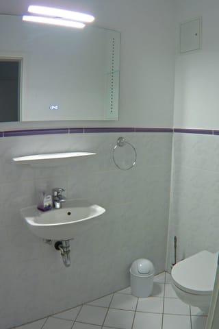 separate Toilette mit Waschbecken