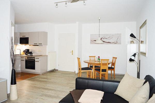 Blick auf Wohn-/Essbereich und Küche