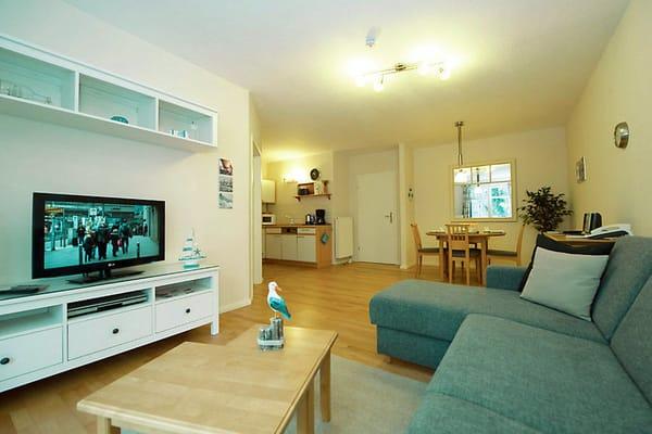 Sitzbereich mit großem TV-Flachbildschirm