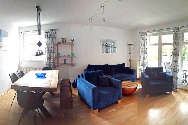 Wohnraum mit Esstisch und Sitzgruppe