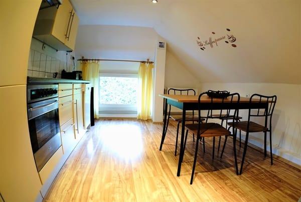 Separate Küche der Wohnung 3 mit Geschirrspüler und Essplatz für 4 Personen