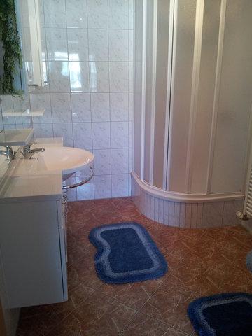 Unser Bad verfügt, wie die gesamte Wohnung, über eine Fußbodenheizung und eine Dusche mit WC.