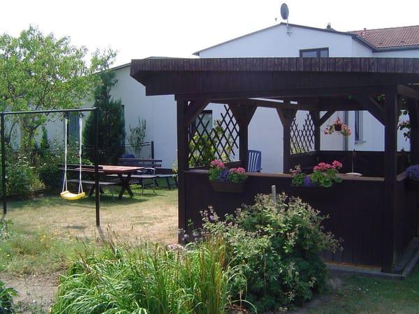 Ein schöner Garten mit Sitzgelegenheiten lädt zum Sonnen oder Grillen ein.