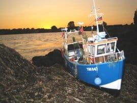 Modellboot am Strand