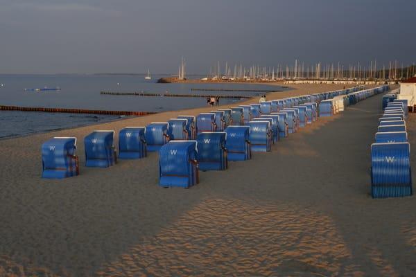 Abendstimmung am Strand an der Seebrücke mit Blick zum Yachthafen