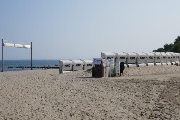 Strandkorbkino beim Yachthafen in den Sommermonaten