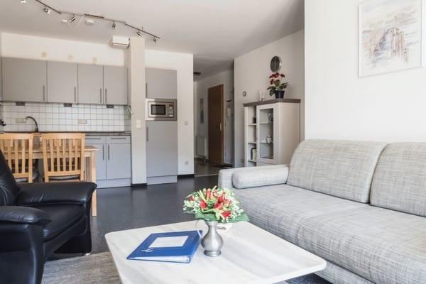 Wohnraum mit Essplatz und Küche