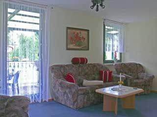 Wohnraum mit Satelliten-TV, Radio und Zugang zur Terrasse