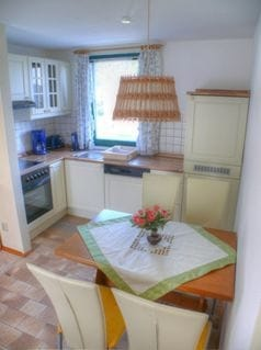 komfortable Küche mit Elektro-Herd, Geschirrspüler und Kaffeemaschine
