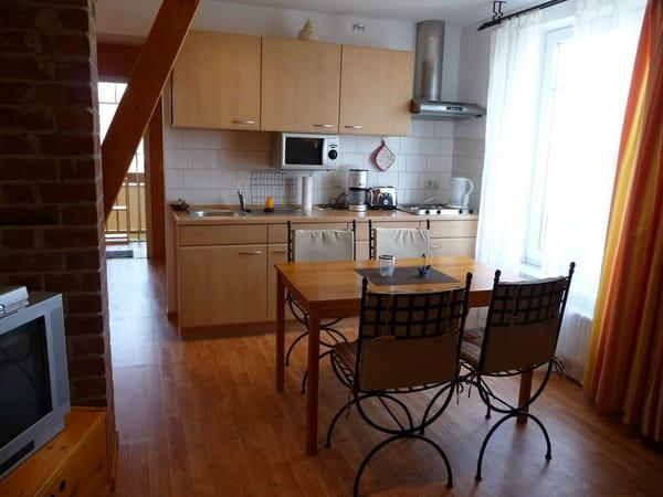 Wohnbereich mit Küchenzeile und Spülmaschine /  WLAN kostenfrei (50,0 Mbit/s)