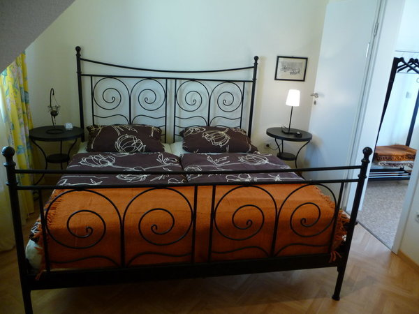 Doppelbett im separaten Schlafzimmer