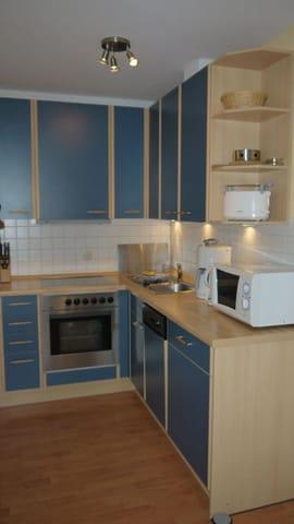 Komfortable Einbauküche mit Backofen, Geschirrspüler etc.