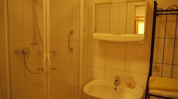 Dusche/WC mit ausreichenden Ablagemöglichkeiten