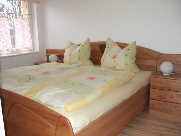 Elternschlafzimmer mit Doppelbett (1,80x2,00 m) und zwei Nachtkonsolen