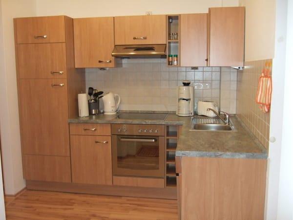 Voll ausgestattete Küche mit Backherd, Cerankochfeld, Geschirrspüler, Wasserkocher, Toaster und Kaffeemaschine