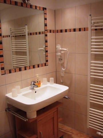 Bad mit Waschtisch, Fön und Badheizkörper