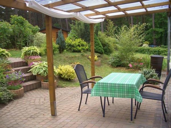überdachte Terrasse Wohnung 1 mit separatem Eingang und Blick in den Garten