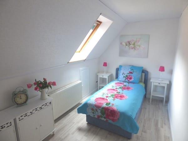 Schlafzimmer 2 mit Einzelbett im Dachgeschoss