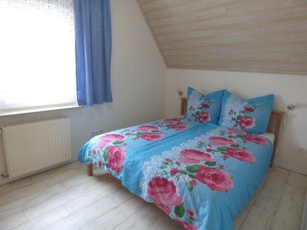 Schlafzimmer 1 mit Doppelbett im Dachgeschoss