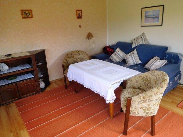 Wohnzimmer mit Doppelbettcauch