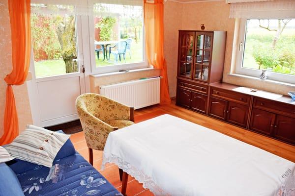 Wohnzimmer mit Gartenausgang