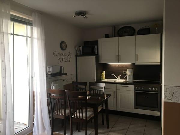 moderne Küche mit Ceranfeld, Backofen, großem Kühlschrank,Spülmaschine,Mikrowelle...