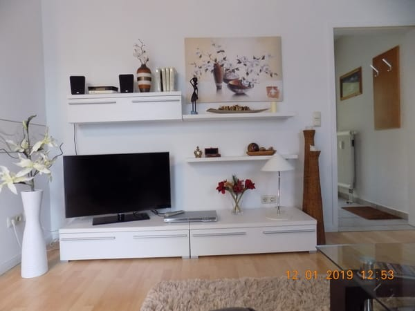 Wohnwand mit großem Fernseher+ Radio+ DVD Player
