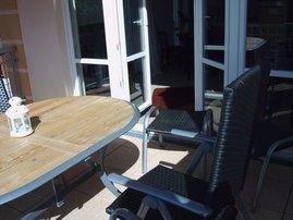 Balkon mit Sonnenschirm und Möbel