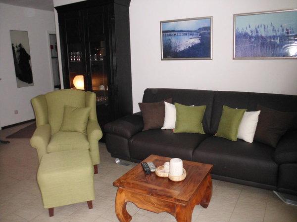 Sitzgruppe sowie Schrank mit Stauraum und ausreichend Gläser