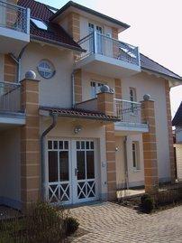 Ansicht Eingang mit zweiten Balkon