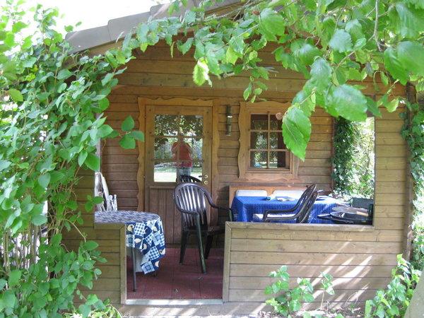 Das Gartenhaus wird bei Regenwetter genutzt
