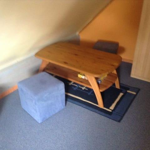 Im oberen Schlafraum gibt es neben den Betten eine Sitzecke für Kinder zum Malen, Basteln, Spielen.