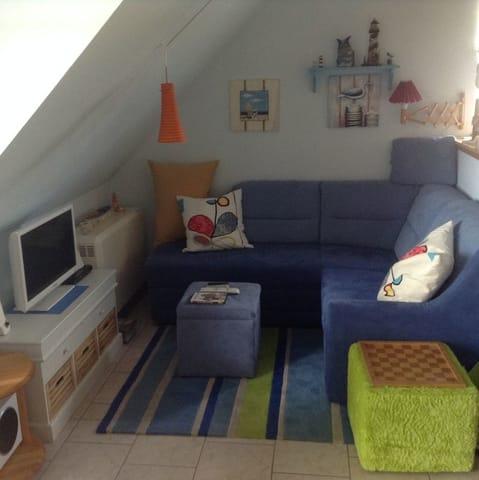 Ferner finden Sie hier eine (Schlaf-) Couch mit kleinem Farbfernseher (inkl. Videorecorder) und Mini-Stereoanlage