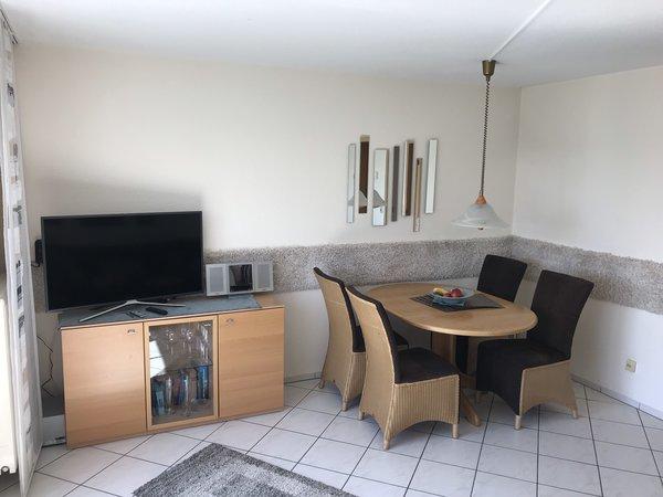 Fernsehschrank und Essecke im Wohnzimmer