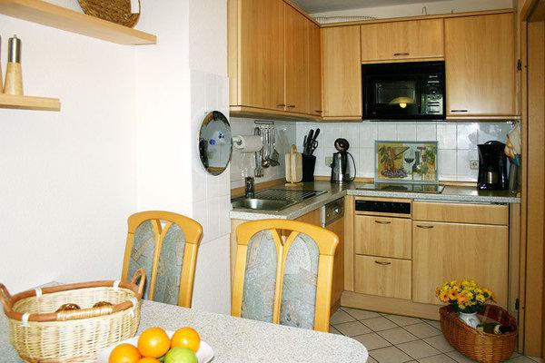 Küche (Spülmaschine, Kombimikrowelle, Cerankochfeld) mit separatem Essplatz
