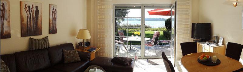 Wohnzimmer mit Lederwohnlandschaft, Essplatz und Fernsehecke