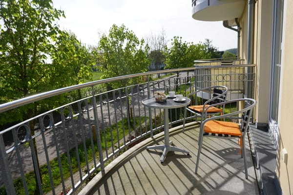Balkon mit 3 Stühlen