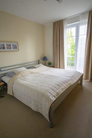 Schlafzimmer mit großem Wandschrank