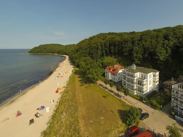 Die Villa Agnes - ein Kleinod der Bäderarchitektur direkt am Strand. Von Mai bis September steht dort ein Strandkorb kostenfrei für Sie bereit.