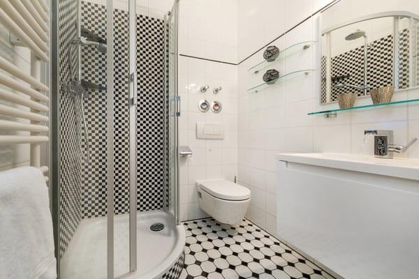 Hier im Bild das Bad, das 2018 für Sie saniert wurde, mit Dusche, Waschtisch und WC.