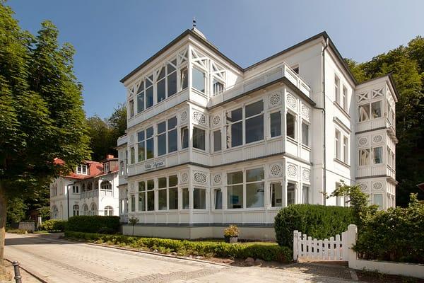 Das Appartment Meeresgruß hat eine dem Wohnzimmer angeschlossene Loggia mit seitlichem Meerblick (am rechten Bildrand im Hochparterre).